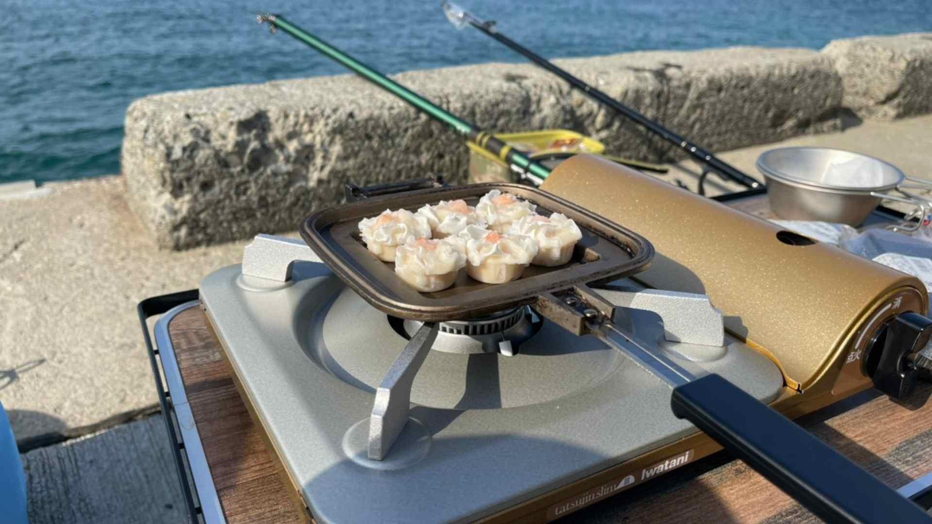 釣りをしながらシュウマイを焼く